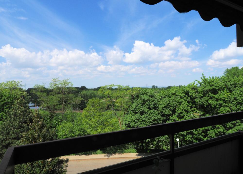 Schöne Aussicht, zwei Zimmer, Balkon, Aufzug, Schwimmbad & Sauna!