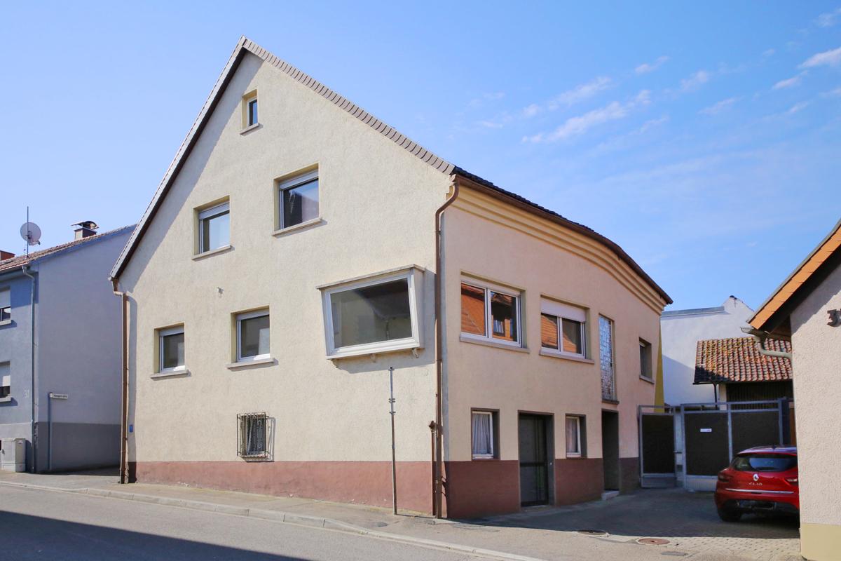 Älteres 1 – 2-Familienhaus mit großem Garten, Scheune zum Ausbau, oder