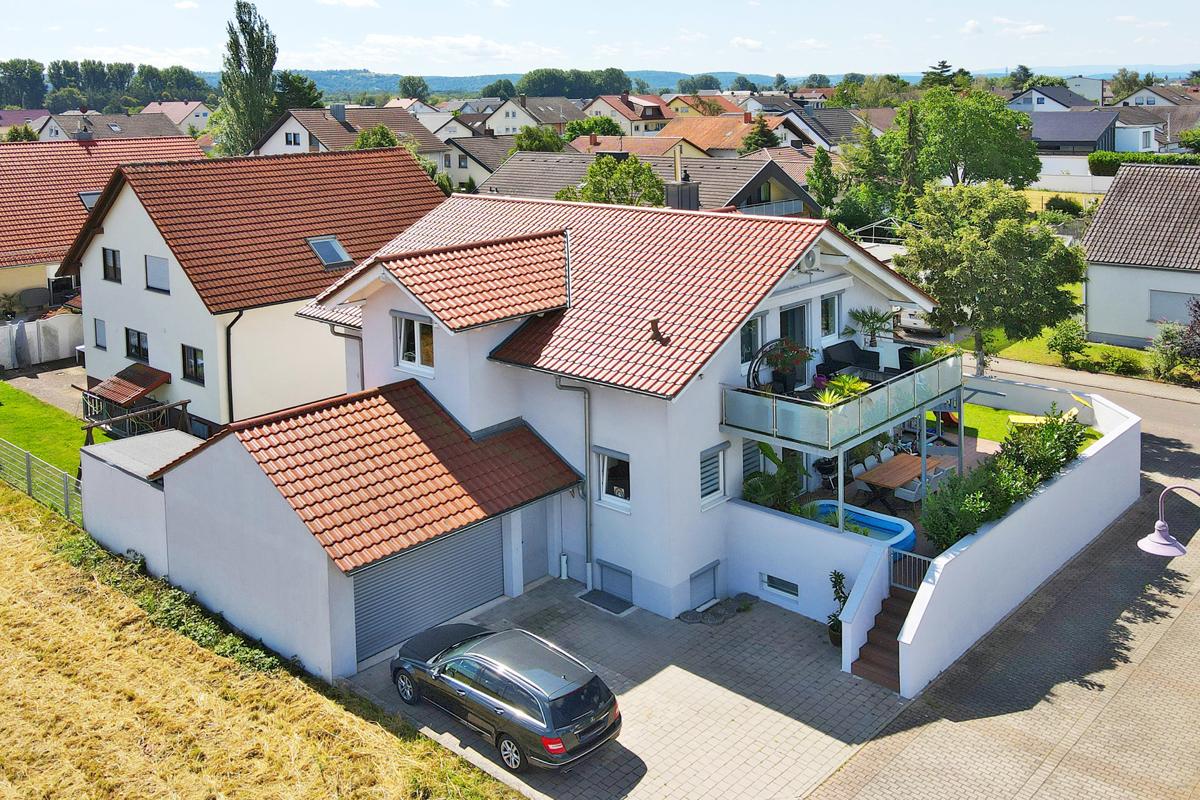 Attraktives, freistehendes 1 – 2 Familienhaus in sehr schöner Lage