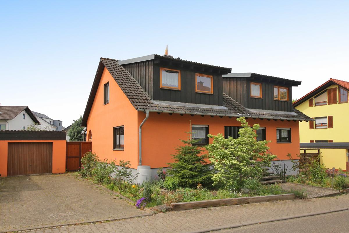 Sanierungsbedürftiges freistehendes Einfamilienhaus mit Garage auf gro