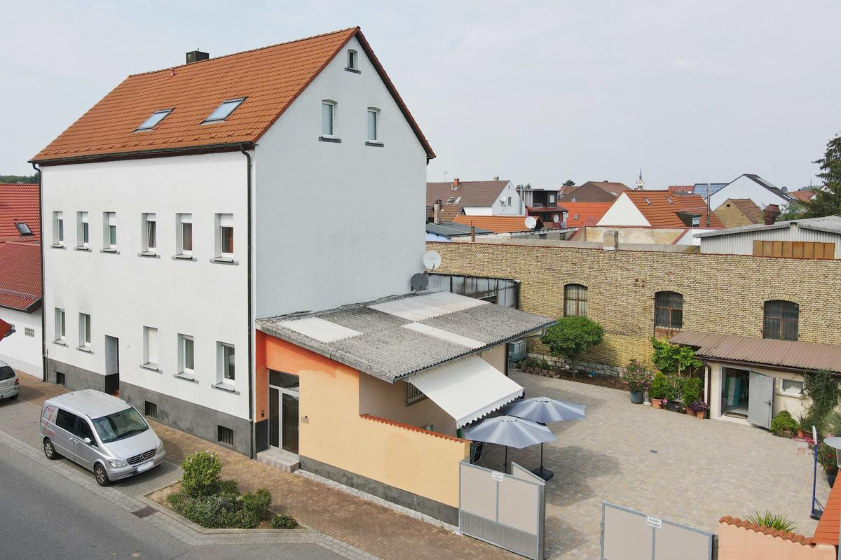 Wohnen in einer ehemaligen Fabrik: Geräumiges 3-Familienhaus mit abges