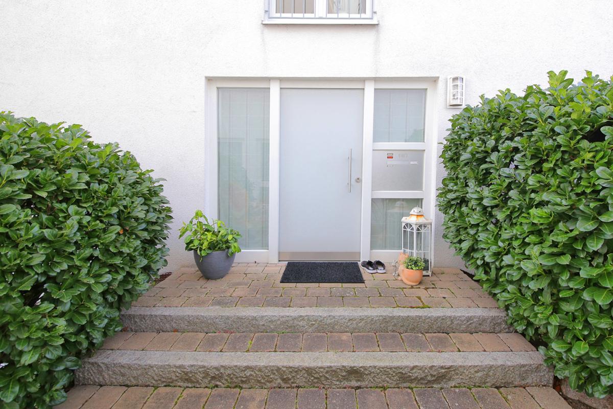 Traumhaftes Eckhaus für die Familie mit Garten und Garage